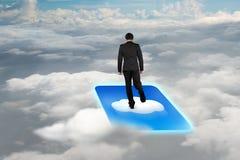 Οπισθοσκόπος επιχειρηματίας που στέκεται στο εικονίδιο σύννεφων με την ΤΣΕ cloudscape Στοκ φωτογραφία με δικαίωμα ελεύθερης χρήσης