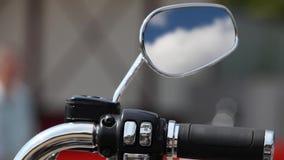 Οπισθοσκόπος καθρέφτης μοτοσικλετών που απεικονίζει τον ουρανό απόθεμα βίντεο