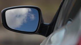 Οπισθοσκόπος καθρέφτης που απεικονίζει τον ουρανό απόθεμα βίντεο