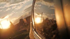 Οπισθοσκόπος καθρέφτης στο ηλιοβασίλεμα φιλμ μικρού μήκους