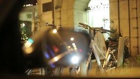 Οπισθοσκόπος καθρέφτης Τα ποδήλατα σταθμεύουν φιλμ μικρού μήκους