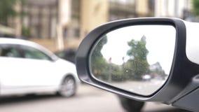 Οπισθοσκόπος καθρέφτης του αυτοκινήτου με τα ίχνη βροχής μια μουτζουρωμένη αντανάκλαση στον οπισθοσκόπο καθρέφτη ενός αυτοκινήτου απόθεμα βίντεο