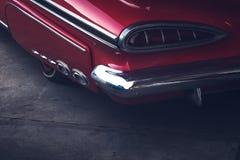 Οπισθοσκόπος μιας εκλεκτής ποιότητας κινηματογράφησης σε πρώτο πλάνο πτερυγίων αυτοκινήτων Κόκκινο σπορ αυτοκίνητο στοκ εικόνες