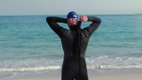Οπισθοσκόπος να πάρει κολυμβητών έτοιμο στην παραλία απόθεμα βίντεο