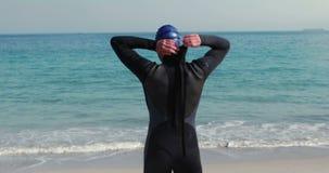 Οπισθοσκόπος να πάρει κολυμβητών έτοιμο στην παραλία φιλμ μικρού μήκους