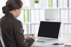 Οπισθοσκόπος της γυναίκας με ένα lap-top στην αρχή Στοκ φωτογραφίες με δικαίωμα ελεύθερης χρήσης