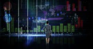 Οπισθοσκόπος της επιχειρηματία που εξετάζει την ψηφιακή ζωτικότητα της καμμένος διεπαφής γραφικών παραστάσεων απόθεμα βίντεο