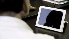 Οπισθοσκόπος της θολωμένης γυναίκας που κρατά μια ταμπλέτα με μια κενή editable πράσινη οθόνη Γυναίκα που χρησιμοποιεί την ψηφιακ φιλμ μικρού μήκους