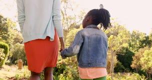 Οπισθοσκόπος της μητέρας και της κόρης κρατά με το χέρι απόθεμα βίντεο