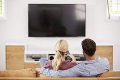 Οπισθοσκόπος της τηλεόρασης προσοχής ζεύγους από κοινού Στοκ Φωτογραφίες