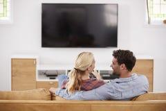 Οπισθοσκόπος της τηλεόρασης προσοχής ζεύγους από κοινού Στοκ εικόνες με δικαίωμα ελεύθερης χρήσης