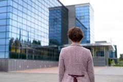 Οπισθοσκόπος της ώριμης επιχειρηματία που εξετάζει την άποψη της πόλης στοκ φωτογραφίες