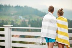 Οπισθοσκόπος του αγοριού και του κοριτσιού που στέκονται στο πεζούλι στοκ εικόνες με δικαίωμα ελεύθερης χρήσης