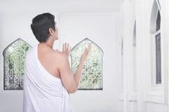 Οπισθοσκόπος του ασιατικού μουσουλμανικού ατόμου προσεηθείτε στο Θεό Στοκ εικόνες με δικαίωμα ελεύθερης χρήσης