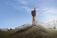 Οπισθοσκόπος του ασιατικού ταξιδιώτη που στέκεται και που απολαμβάνει τη θέα Στοκ Εικόνα