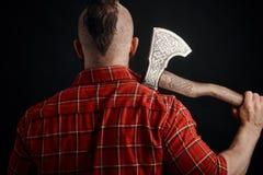 Οπισθοσκόπος του γενειοφόρου ατόμου με το τσεκούρι στον ώμο στο στούντιο στοκ φωτογραφία με δικαίωμα ελεύθερης χρήσης