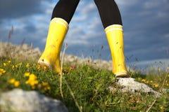 Οπισθοσκόπος του θηλυκού στις κίτρινες μπότες Στοκ φωτογραφίες με δικαίωμα ελεύθερης χρήσης