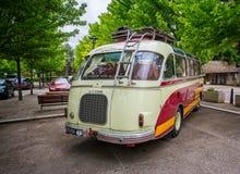 Οπισθοσκόπος του κλασικού να περιοδεύσει Setra της δεκαετίας του '50 λεωφορείου στο ST Leger sur Dheune, Γαλλία στοκ φωτογραφία με δικαίωμα ελεύθερης χρήσης