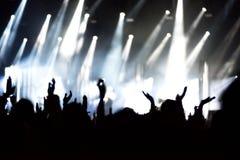 Οπισθοσκόπος του πλήθους με τα όπλα στη συναυλία Στοκ φωτογραφία με δικαίωμα ελεύθερης χρήσης