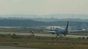 Οπισθοσκόπος των αερογραμμών Boeing 737 Tarom που προσγειώνονται απόθεμα βίντεο