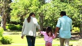 Οπισθοσκόπος των γονέων που παίζουν με την κόρη τους φιλμ μικρού μήκους