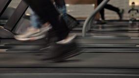 Οπισθοσκόπος των ποδιών, περπατώντας και τρέχοντας στη treadmill γυμναστική, παρακίνησε workout Άτομο ικανότητας, απώλεια βάρους απόθεμα βίντεο