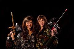 οπλισμένα κορίτσια δύο Στοκ Εικόνες