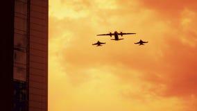Οπλισμένα ρωσικά πολεμικό τζετ στο κόκκινο υπόβαθρο ηλιοβασιλέματος απόθεμα βίντεο