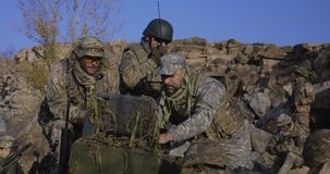 Οπλισμένοι στρατιώτες που εξετάζουν έναν υπολογιστή απόθεμα βίντεο