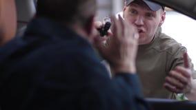 Οπλισμένος εγκληματικός απειλώντας οδηγός με το πυροβόλο όπλο στο δρόμο απόθεμα βίντεο