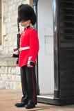 Οπλισμένος φύλακας του πύργου του Λονδίνου που στέκεται μετα στοκ εικόνες