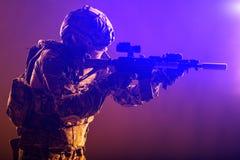 Οπλισμένο ομάδα πεζικό επιθέσεων ειδικών δυνάμεων στρατού στοκ εικόνες