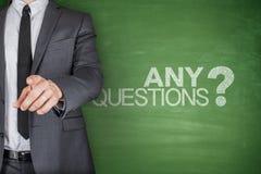 Οποιαδήποτε έννοια ερωτήσεων στον πράσινο πίνακα Στοκ Φωτογραφία