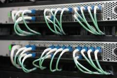 Οπτικά καλώδια ινών που συνδέονται στο κέντρο δεδομένων στοκ φωτογραφία