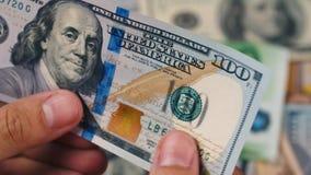 Οπτική επιθεώρηση εκατό ευρο- τραπεζογραμματίων εκατό δολάρια απόθεμα βίντεο