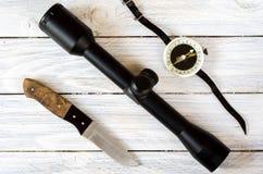Οπτική θέα, μαχαίρι κυνηγιού και εκλεκτής ποιότητας πυξίδα Στοκ Εικόνες