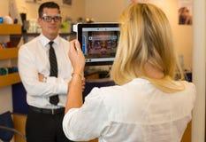 Οπτικός ή optometrist που μετρά την απόσταση ματιών ενός πελάτη στοκ φωτογραφίες με δικαίωμα ελεύθερης χρήσης