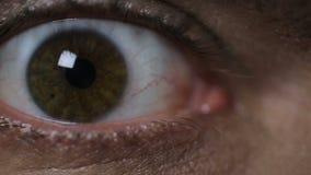 Οπτικός που εξετάζει το άτομο, έξοχη κινηματογράφηση σε πρώτο πλάνο των ματιών του ασθενή, προβλήματα όρασης φιλμ μικρού μήκους