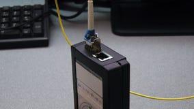 Οπτικό σκοινί μπαλωμάτων ενθέτων μηχανικών ΤΠ στη δοκιμασμένη συσκευή απόθεμα βίντεο
