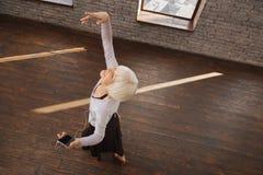 Οπτιμιστής συνταξιούχος κυρία που χορεύει στην αίθουσα χορού Στοκ Φωτογραφίες