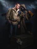 οπλισμένα άτομα δύο Μετα-αποκαλυπτική μυθιστοριογραφία στοκ φωτογραφία με δικαίωμα ελεύθερης χρήσης