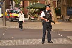 Οπλισμένη κεντρική οδός Kensington Λονδίνο αστυνομικών στοκ εικόνες με δικαίωμα ελεύθερης χρήσης