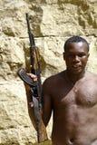 Οπλισμένος αφρικανικός επαναστάτης με το πυροβόλο όπλο Στοκ εικόνες με δικαίωμα ελεύθερης χρήσης