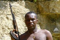 Οπλισμένος αφρικανικός επαναστάτης με το πυροβόλο όπλο Στοκ Εικόνα