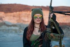 Οπλισμένο κορίτσι στο υπόβαθρο των ορεινών περιοχών Στοκ φωτογραφία με δικαίωμα ελεύθερης χρήσης
