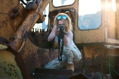 Οπλισμένο να στοχεύσει γυναικών Στοκ φωτογραφία με δικαίωμα ελεύθερης χρήσης