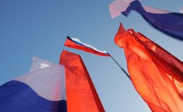 Ορέλ, Ρωσία - 1 Μαΐου 2017: Επίδειξη Μαΐου Ρωσική σημαία tricolor Στοκ φωτογραφία με δικαίωμα ελεύθερης χρήσης