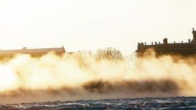 Ορίζοντας Άγιος-Πετρούπολη πέρα από τον παγωμένο ποταμό Neva απόθεμα βίντεο