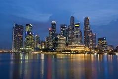 Ορίζοντας βραδιού πόλεων Σινγκαπούρης Στοκ εικόνα με δικαίωμα ελεύθερης χρήσης