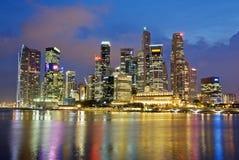 Ορίζοντας βραδιού πόλεων Σινγκαπούρης Στοκ Εικόνα